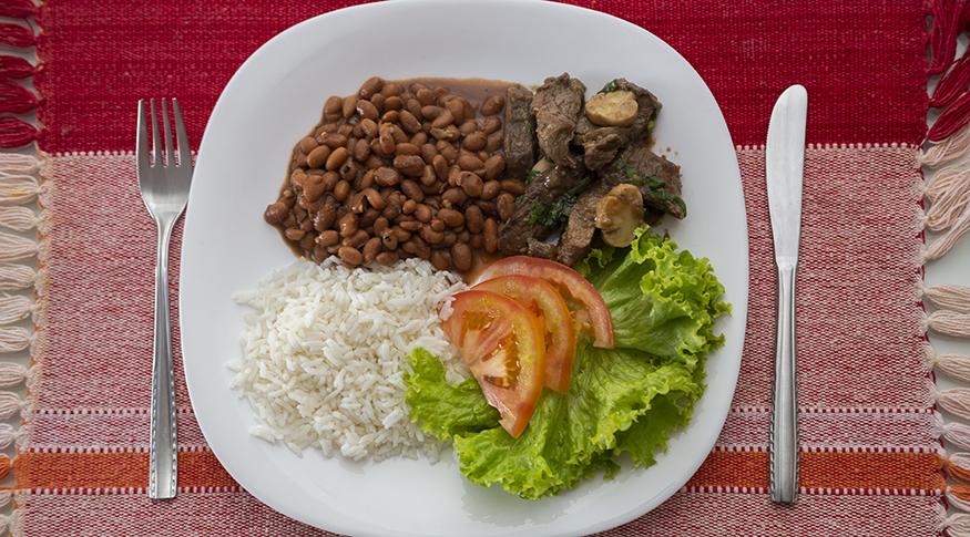 IBGE: Brasileiros com menor renda consomem mais arroz e feijão e menos industrializados