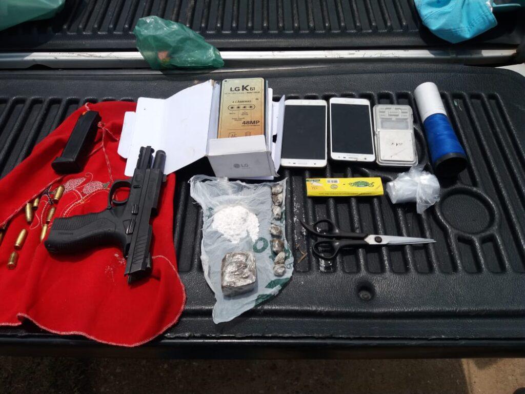 Dois são presos por tráfico de drogas e arma de policial é recuperada