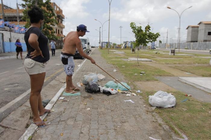 Feto é encontrado dentro de um saco, jogado no lixo