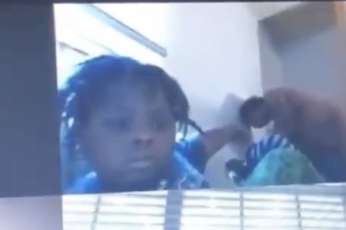 Vídeo: Mãe entra pelada no quarto do filho durante aula online