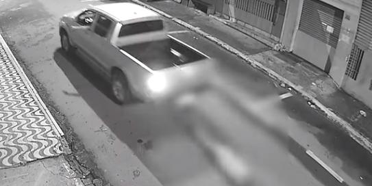VÍDEO: empresário amarra homem e o arrasta pelas ruas até morrer