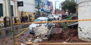Mãe e filha morrem, após muro cair encima de seu carro