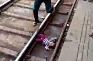 Bebê cai em trilho do trem e sobrevive; Vídeo Chocante