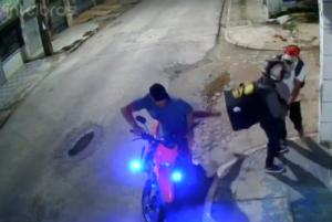 Vídeo: entregador é assaltado enquanto aguardava pagamento