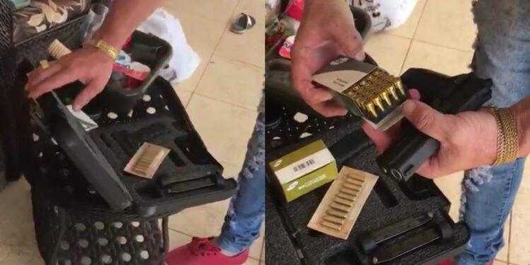 Homens exibem armas de diversos calibres, incluindo fuzil