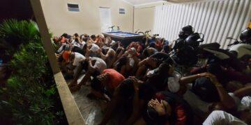 """Polícia encerra """"festinha"""" com cerca de 100 jovens"""
