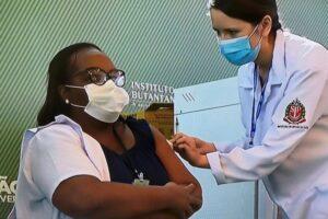 Mônica Calazans é a primeira brasileira vacinada contra a Covid-19 em solo nacional