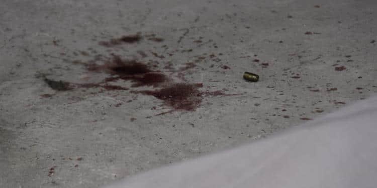 Homem é executado na frente de casa por dupla em carro preto